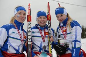 Tuuli Suutari (vas.), Suvi Oikarinen ja Juliaana Näsi toivat Suomelle nuorten MM-viestihopeaa.