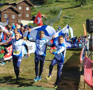 Suomi otti pitkästä aikaa nuorten MM-viestissä kultaa joukkueella Olli Ojanaho, Topi Raitanen ja Aleksi Niemi. Kuva: Erik Borg.