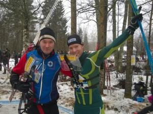 Tommi Reponen (vas.) ja Janne Häkkinen tuulettivat SM-sprinttiviestin kultaa Tuuloksessa.