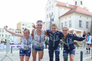 Suomen kolmosjoukkue (Miia Niittynen, Aleksi Niemi, Jesse Laukkarinen ja Kirsi Nurmi) otti maailmancupin sprinttiviestissä seitsemännen sijan. Kuva: Erik Borg.