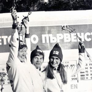 Sinikka Kukkonen (vas.) voitti kolme kertaa hiihtosuunnistuksen MM-viestikultaa. Vuonna 1977 joukkueen muut kultamitalistit olivat Aila Flöjt ja Kaija Halonen.