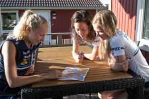 Marika Teini (vas.), Venla Harju ja Sari Anttonen tutkailivat perjantaina tarkasti sprinttimaaston saloja sekä luonnossa että kartan työversiosta.